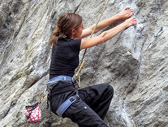 arrampicata-allieva-in-parete