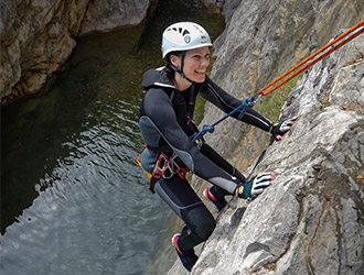 canyoning-allieva-discesa-in-parete
