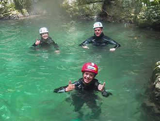 canyoning-gruppo-a-bagno-nella-forra